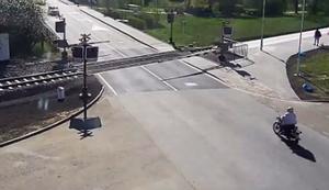 Mopedfahrer von den Gleisen holen
