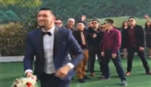 Br�utigam wirft den Brautstrauss