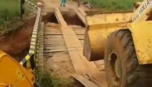 Mit Baumaschinen eine alte Brücke überqueren