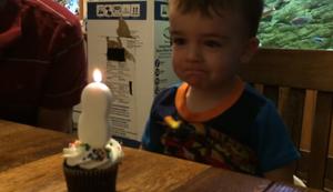 Junge hat Probleme die Kerze auszupusten