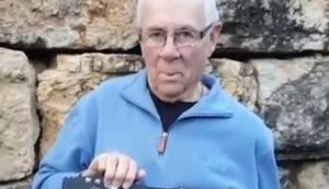 Opa zeigt sein Messer