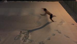 In einen Pool voller Schnee springen