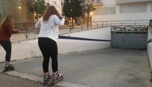 Zwei Mädchen auf Rollerblades