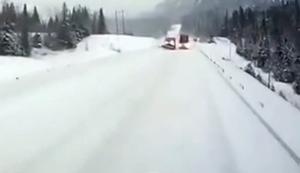 Gegenverkehr auf verschneiter Straße