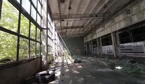Flug durch ein altes verlassenes Gebäude