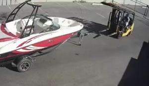 Der Staplerfahrer und das Boot