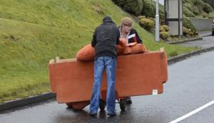Sofa zum Kumpel transportieren