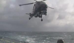 Helikopter landen bei heftigem Wellengang