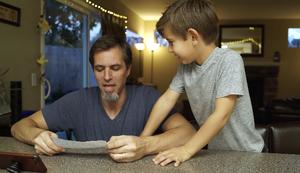 Vater macht Sandwich nach Anleitung seiner Kinder