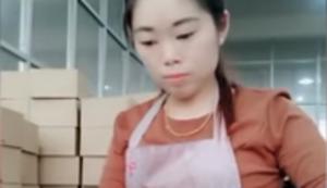 Asiatin beim Einpacken