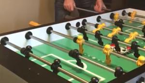 Beeindruckender Trick beim Kickern