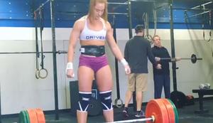 Mann und Frau beim Gewichtheben