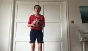 Ball hochhalten im Wohnzimmer