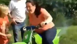 Mama auf dem Dirtbike