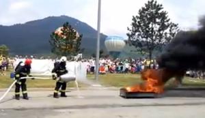 Die Feuerwehr zeigt wie man ein Feuer l�scht
