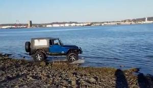Mit dem Jeep durchs Gew�sser