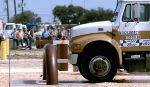 Truck im Crashtest gegen eine Absperrung