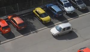 Eine Frau parkt ein