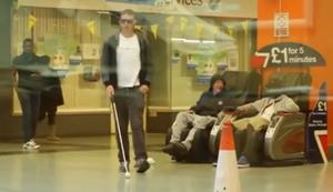 Blinder verliert sein Portemonnaie