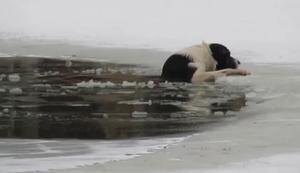 Hund aus Eiswasser retten