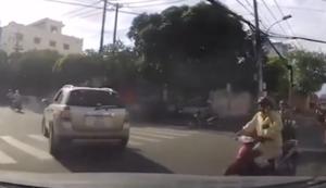 Mit dem Handy auf dem Moped