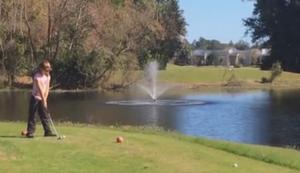 Mit der Tochter auf dem Golfplatz