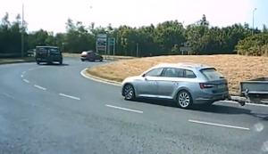 Mit Anhänger in den Kreisverkehr