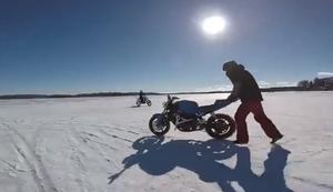 Motorrad macht sich aus dem Staub