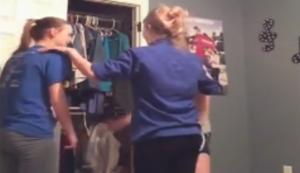 Cheerleader-Training im Kinderzimmer