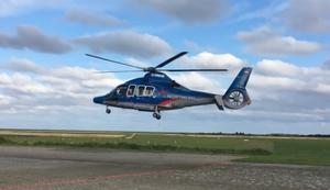 Helikopter fliegt mit stehendem Rotor