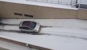 Verschneite Auffahrt hoch fahren