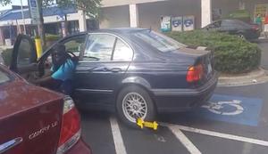 Parkkralle am Fahrzeug