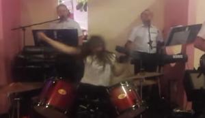 Wilde Schlagzeugerin