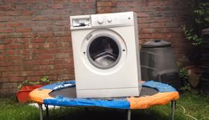 Eine Waschmaschine auf dem Trampolin