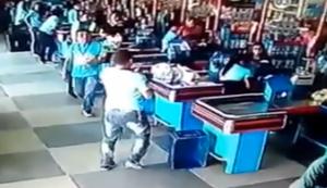 Ein Mann beim Einkaufen