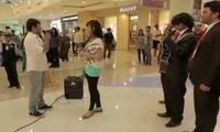 Heiratsantrag in einem Kaufhaus