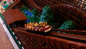 Riesige Lego-Achterbahn