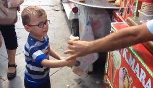 Eisverk�ufer �rgert Jungen