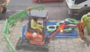 Mit dem Minibagger Bodenplatten zerkloppen