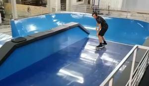 Mit dem Skateboard auf der Welle reiten