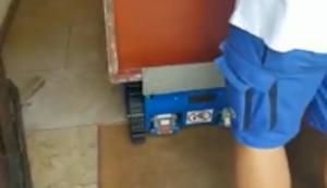 Schrank in den Keller bringen