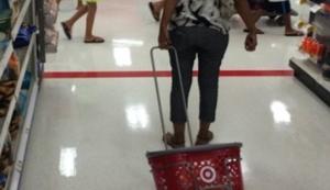 Mit dem Einkaufskorb im Supermarkt