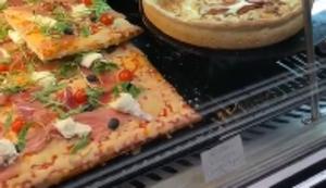 Leckere Pizza in der Auslage