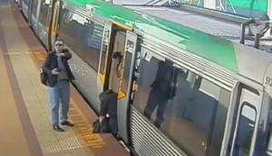 Fuss zwischen Zug und Bahnsteig eingeklemmt