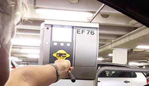Kartenlady hilft am Parkautomat