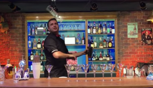 Barkeeper packt seinen besten Trick aus