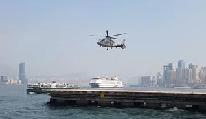 Hubschrauber fliegt ohne drehenden Rotor