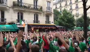 Irland-Fans feiern einen Anwohner