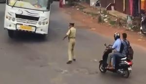 Polizist regelt Verkehr in Indien