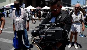 Kameramann pr�sentiert seine neue Kamera